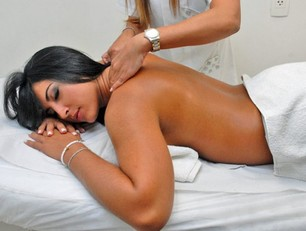donna sul lettino massaggi